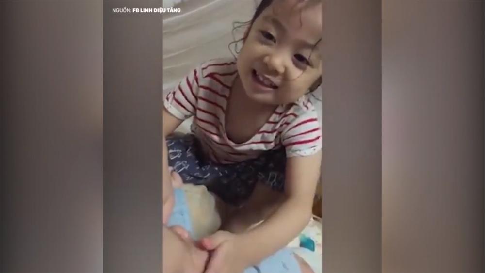 Chị gái quyết 'bảo kê' em để được mẹ cho đi học cùng